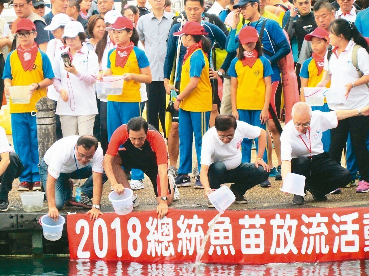 萬人泳渡日月潭首度延後下水,前總統馬英九(左二)和國民黨主席吳敦義(右)等人先施...