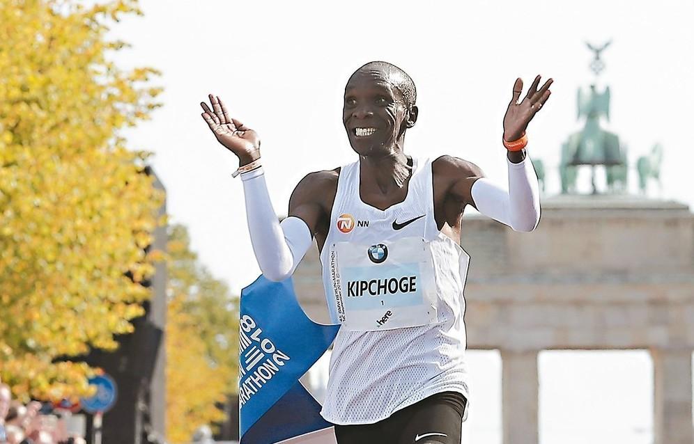 肯亞名將基普喬蓋在柏林馬拉松改寫世界紀錄,露出笑容。 (美聯社)