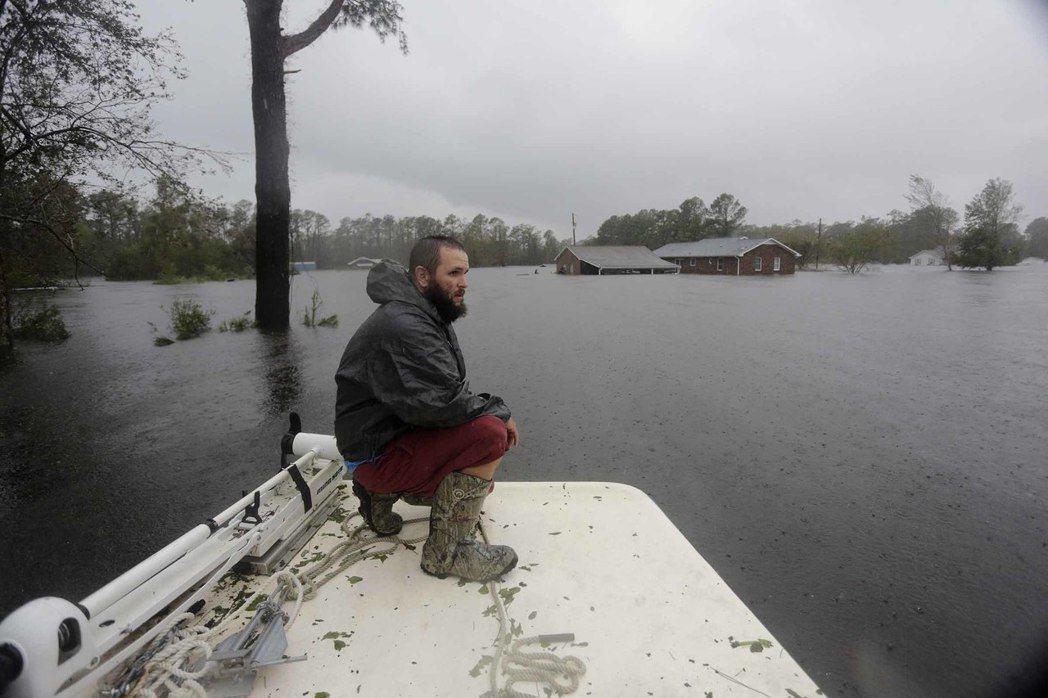 美國北卡州新港市的居民齊森哈爾15日乘船準備返家,找回自己的船。 (美聯社)