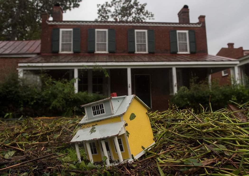 佛羅倫斯颶風在美國北卡州的新伯恩市引發嚴重洪水,15日洪水消退後,一個住家的前院...