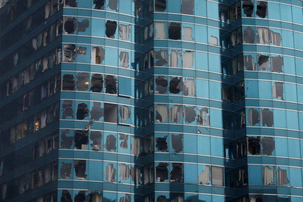 颱風山竹16日造成香港海濱廣場辦公大樓玻璃窗爆裂。 (路透)