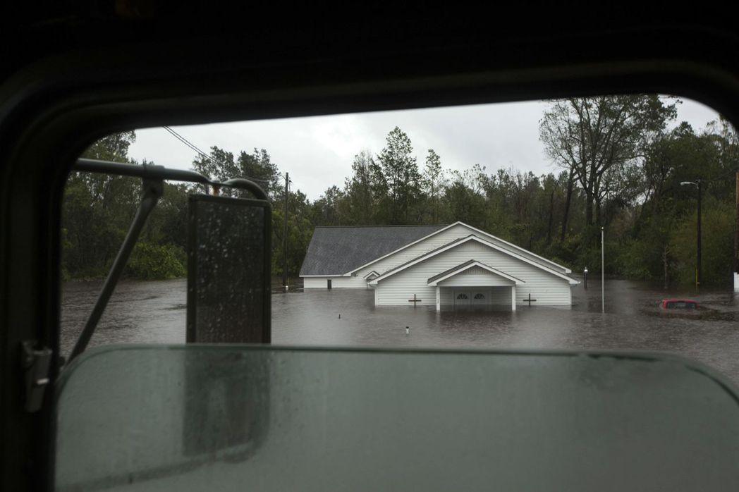 佛羅倫斯颶風造成的洪水,15日已快讓北卡州傑克森維爾市的一棟房屋滅頂。 (法新社...