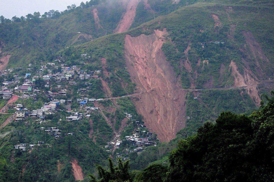 超級強颱山竹造成菲律賓本格特省發生山崩,一個採礦營地的數十名金礦工人受困與遭到活...