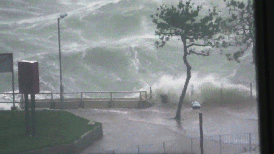 颱風山竹16日侵襲香港,帶來強風大浪。 (路透)