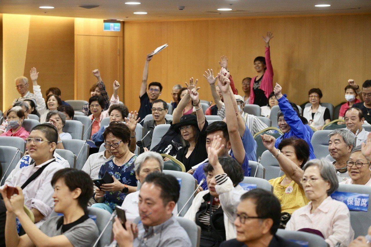 聽眾把握難得機會,熱烈提問。 記者林伯東/攝影