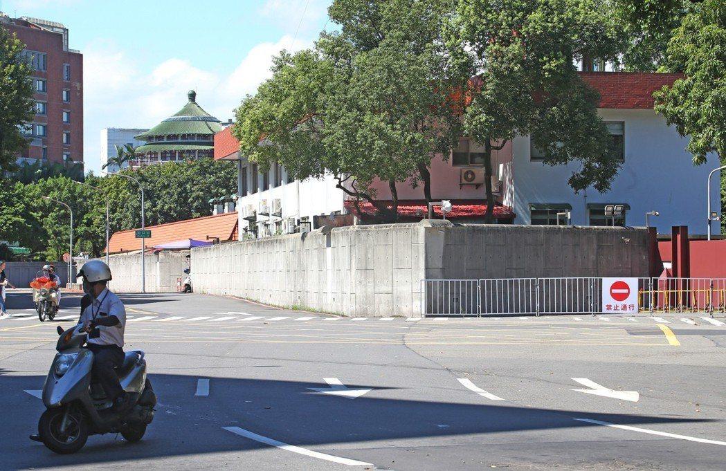 財政部舊大樓位在愛國西路上,鄰居是總統官邸(圖)。記者杜建重/攝影