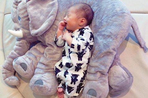 關穎和老公朱志威結婚5年,婚後2年生下女兒CC後,去年生下第二胎兒子Phi Phi,今年再懷第三胎,近日她公布本月10日已誕下次子DD,重3064克,身為3個孩子的媽,關穎產後手忙腳亂,雖然強調「一...
