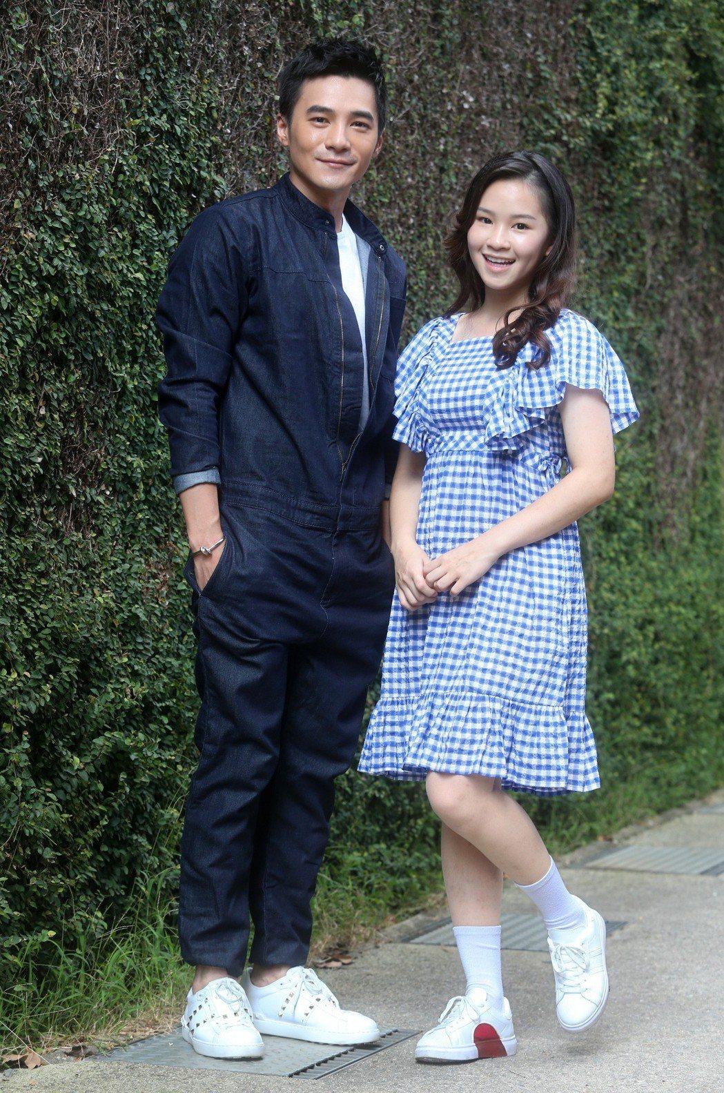 是元介「阿青」(左)與師妹盧以恩「青苔」(右)共同入圍金鐘。記者胡經周/攝影