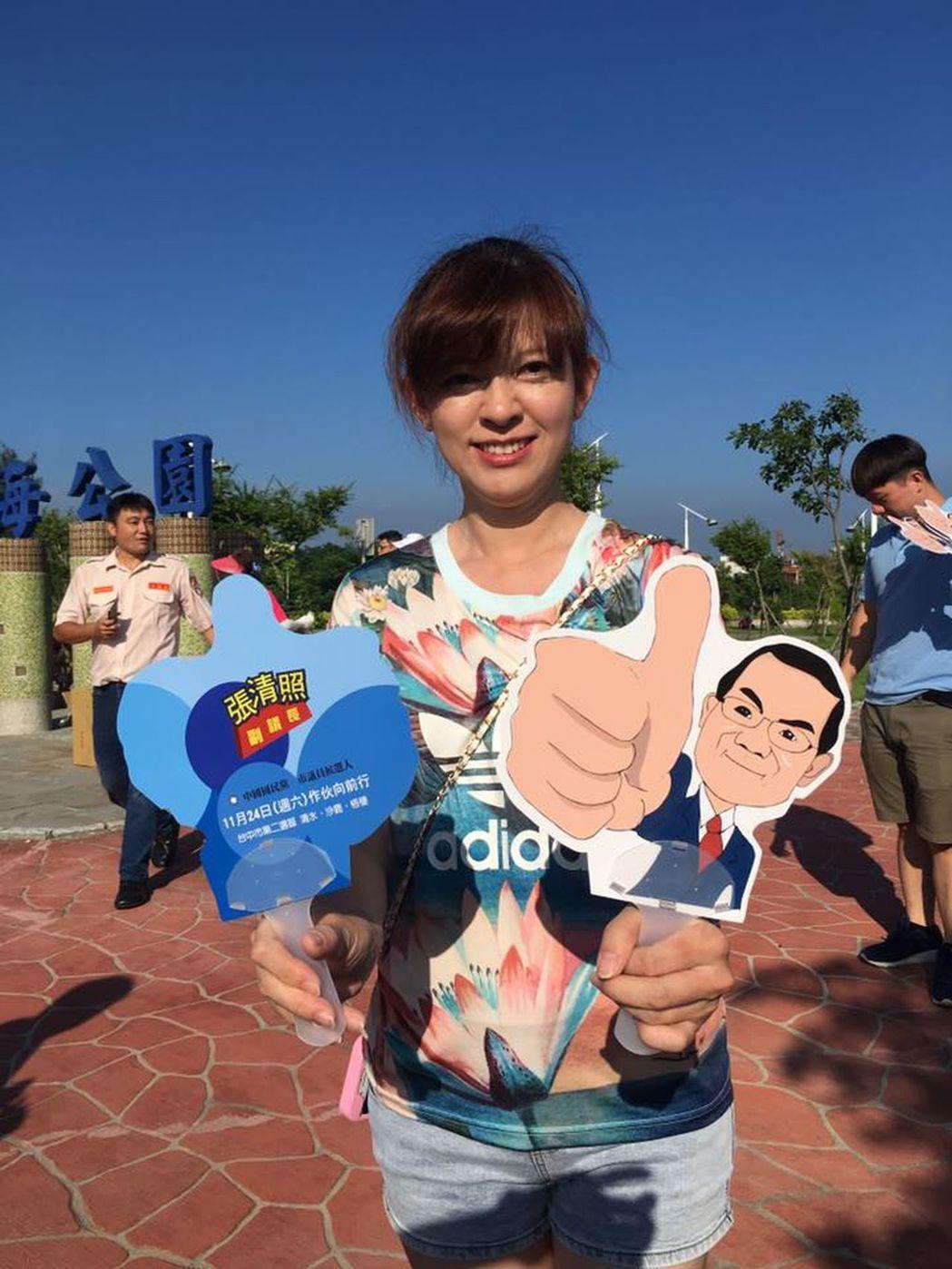 台中市副議長張清照推出有自己Q版漫畫的扇子,可愛又實用,推出後頗獲好評。圖/張清...
