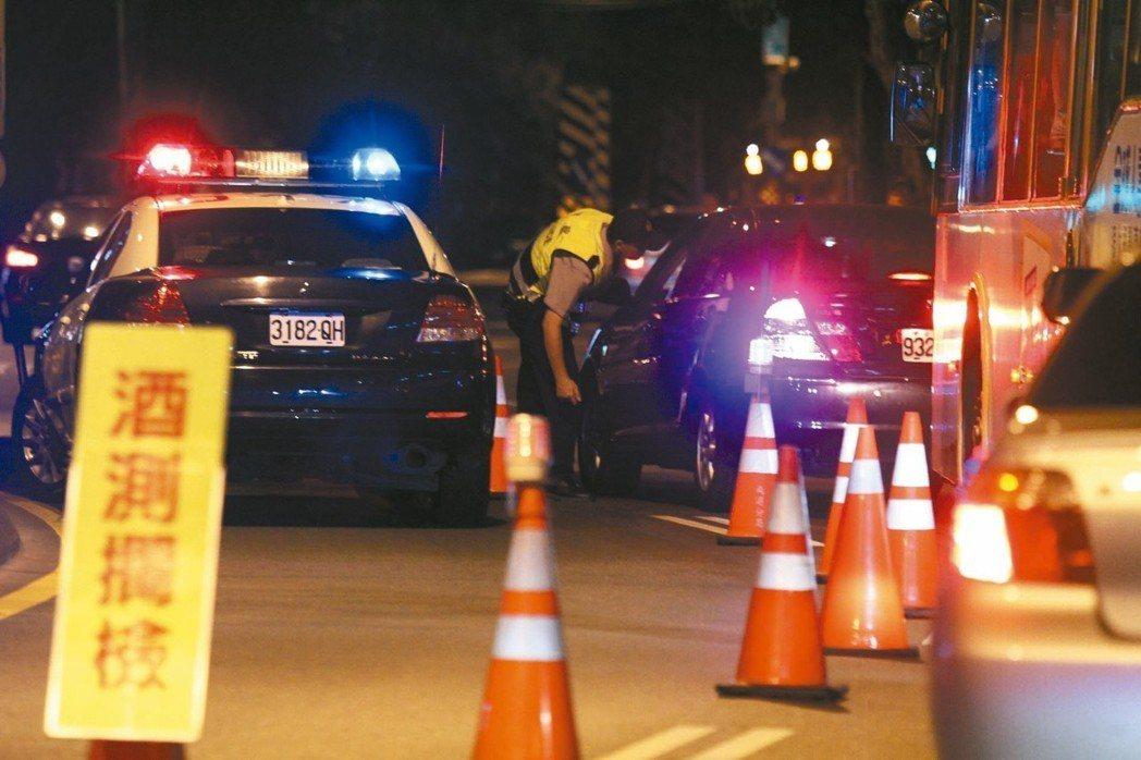 根據調查高達52.3萬名12至17歲青少年曾有飲酒經驗,圖為警方進行酒測臨檢取締...