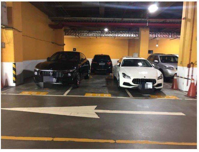一位網友日前去商場地下停車場停車,卻看到2輛車占3個車位,讓他相當氣憤與不滿。 ...