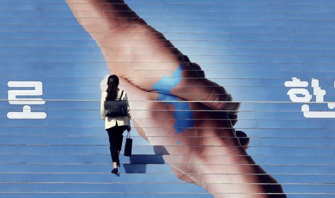 首爾光化門廣場,兩韓和談的宣傳。 圖/美聯社