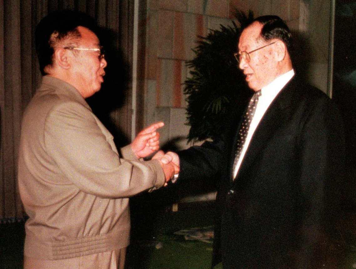 1998年與金正日(左)見面的現代集團創辦人鄭周永(右)。 圖/美聯社