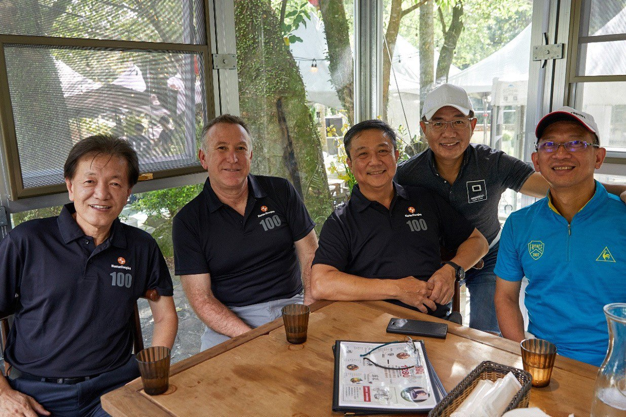 左起亞洲區梁總裁、副總裁Andy與台灣黃總經理及經銷商黃先生與李先生留影。圖/亨...
