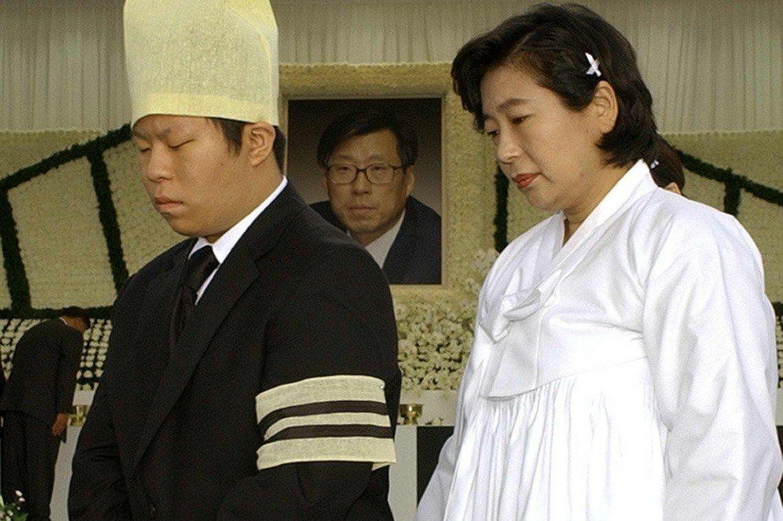 鄭夢憲喪禮上,悲傷的讀子與遺孀玄貞恩。 圖/美聯社