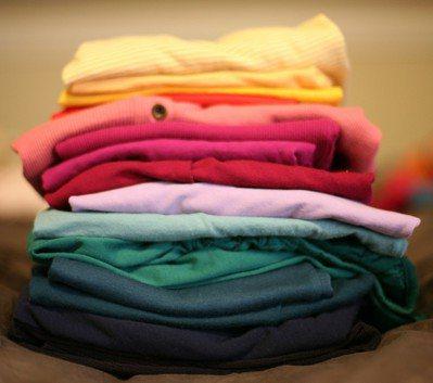 將摺好的衣服收進衣櫃前,需要經過許多步驟。圖/pixabay