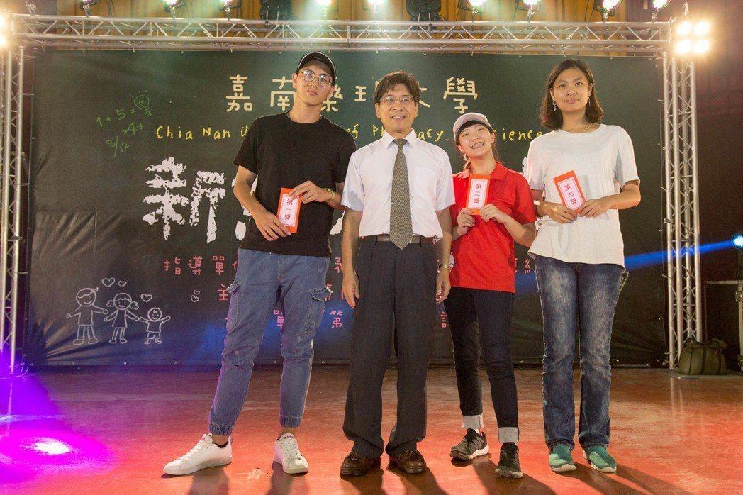 新生喜獲摸彩獎項,開心與副校長杜平悳(左二)合影。 嘉藥大學/提供