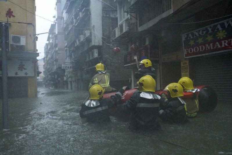 颱風「山竹」直撲港澳,造成澳門多處淹水。 圖片來源/中國新聞社