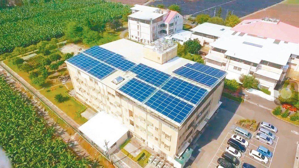 屏東福慧大同之家設置的太陽能板,既降溫省電又能增加捐款收入。圖/陽光伏特家提供...