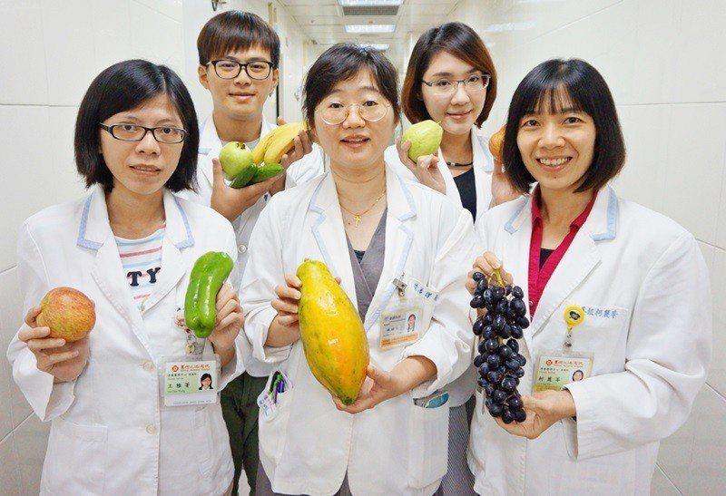 新竹馬偕醫院營養師建議,中秋烤肉不忘多搭配蔬果,增添纖維質以幫助消化。新竹馬偕/...