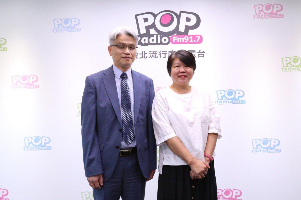 中選會主委陳英鈐(左)今接受廣播專訪。圖/POP Radio提供