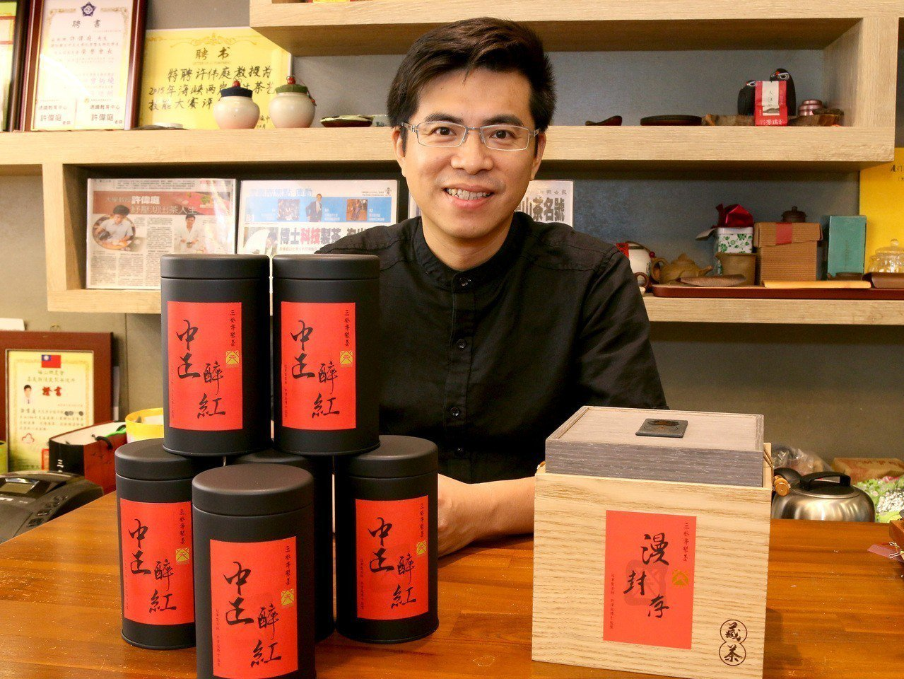 嘉義茶農許偉庭屢將阿里山茶葉推向國際,今年再度與全球高手較勁,以阿里山茶拿下3面...