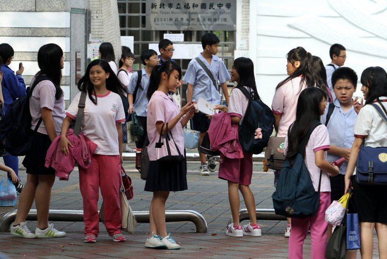 圖為國中生放學後步出校園的情景。聯合報系資料照