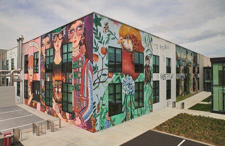 Gucci ArtLab藝術實驗室外牆也被藝術家們的畫作給包圍。圖/Gucci提...