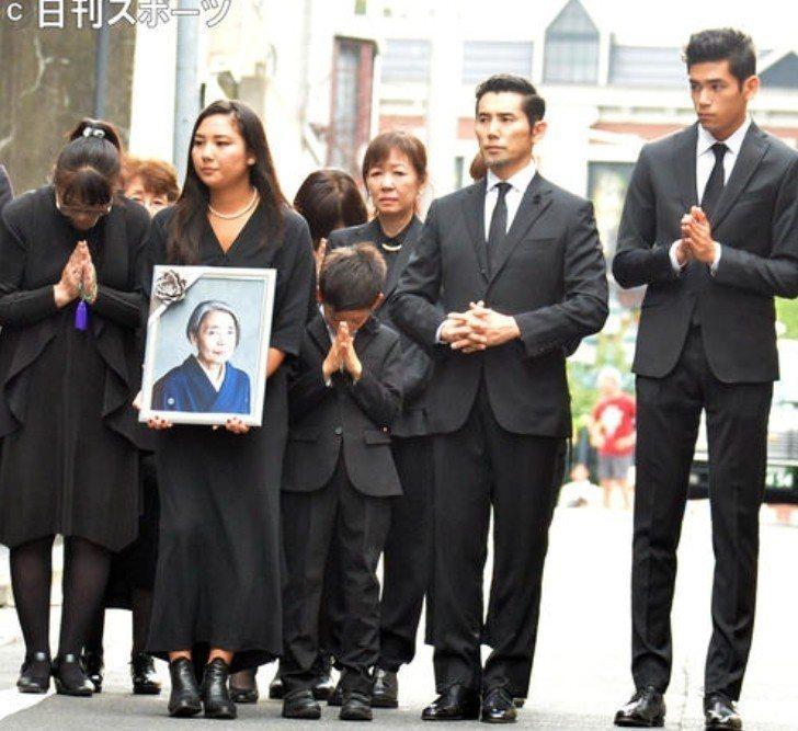 本木雅弘(右二)與家人為樹木希林辦理後事。圖/摘自日刊體育