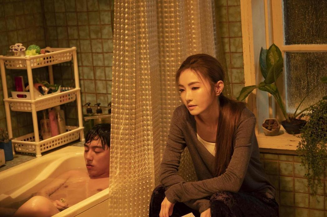 謝金燕(右)隔了27年重回大銀幕,卻傳出新片延檔,左為男主角蔡凡熙。圖/群星瑞智