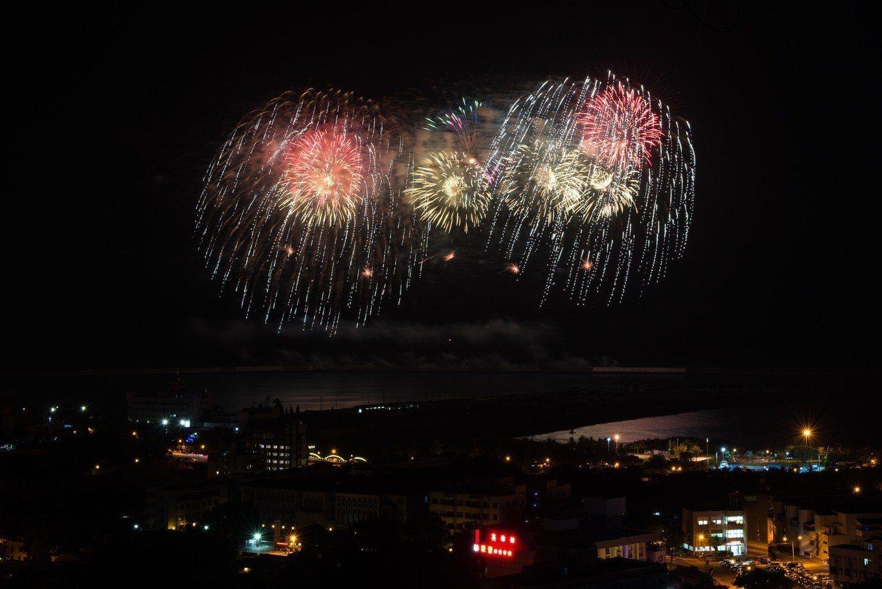 國慶籌備委員會今晚7時在花蓮港東堤進行煙火,共施放2千餘發,吸引許多民眾搶先拍。...