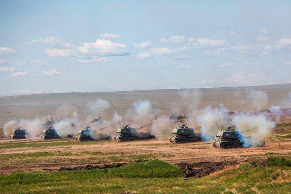 目前2S1自行榴彈炮在俄軍中的裝備數,還有500餘門,圖為正在射擊的2S1自行榴...