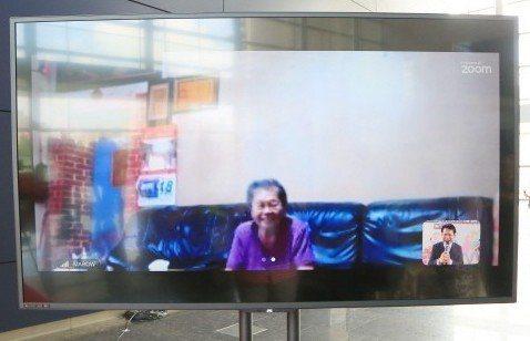 台中市「長者數位陪伴試辦計畫」透過數位科技輔助,在家打開電視可唱歌、和子女視訊,...