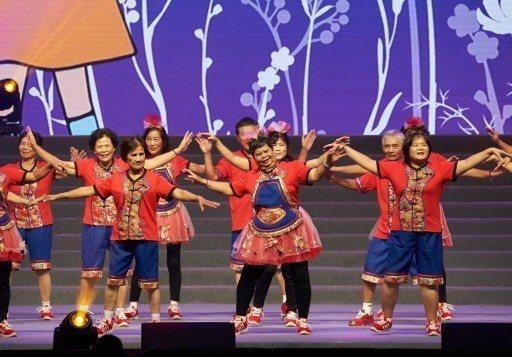 「仙角百老匯」大型舞台秀,讓長輩也能登上小巨蛋。 圖/弘道提供