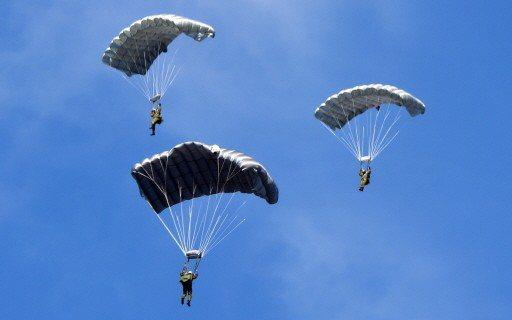 日本自衛隊進行跳傘訓練。 (法新社)
