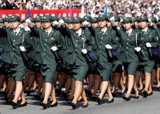 日本想要提高女性自衛隊員比率緩解兵員不足問題。圖為自衛隊女性隊員。 (路透)