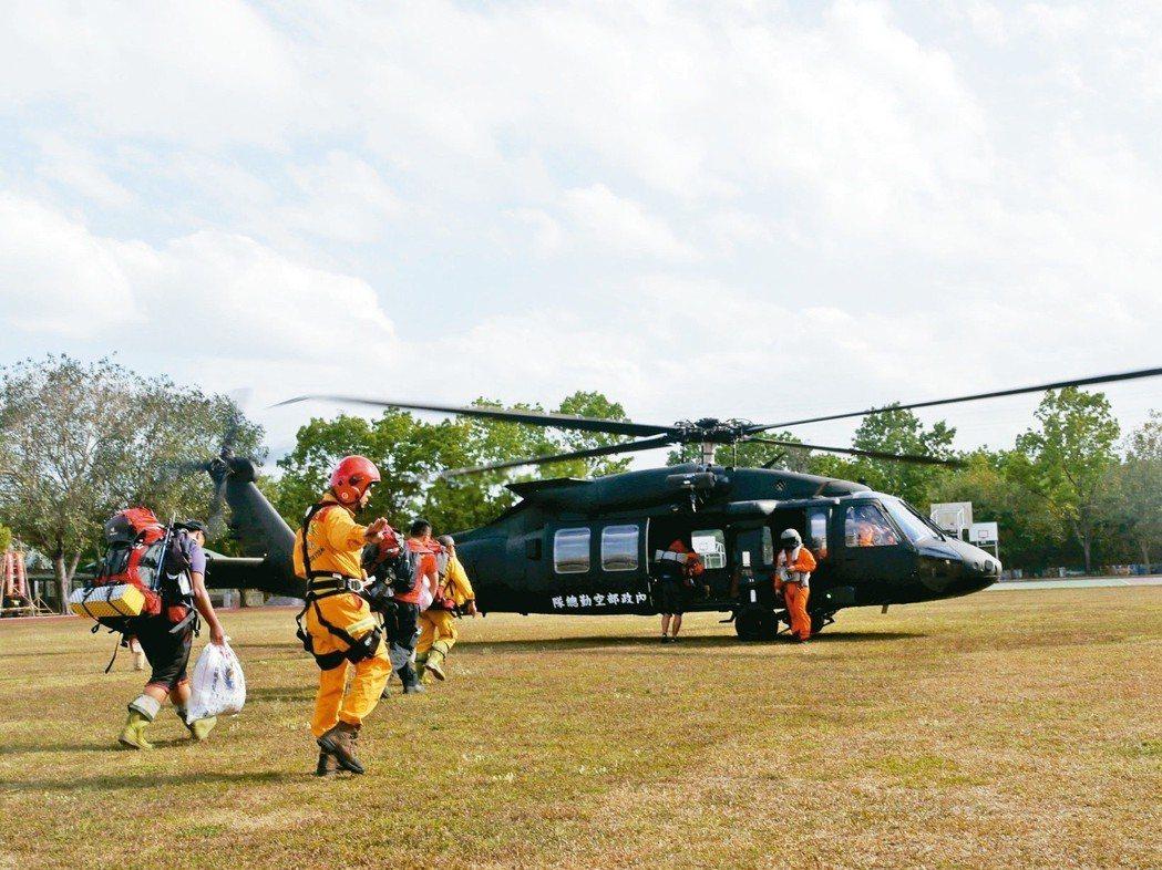 平地消防救援與山難救援專業不同,不少消防員上高山救援,常受高山症病痛所苦。 圖/...