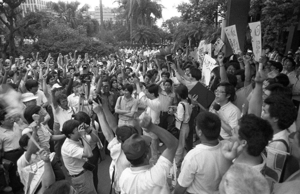 民進黨黨員及民眾聚集立法院門口抗議國安法,社會運動部督導常委謝長廷發表演說,帶領...