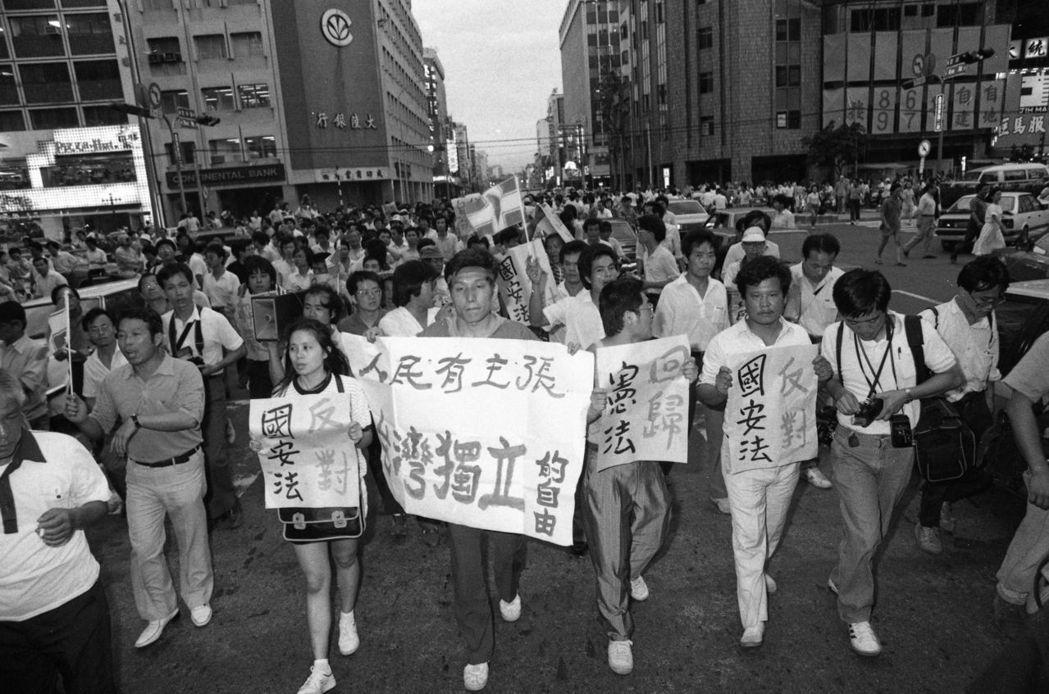 1987年,江蓋世(中)等示威群眾前往士林官邸,抗議制定國安法及主張人民有「台灣...