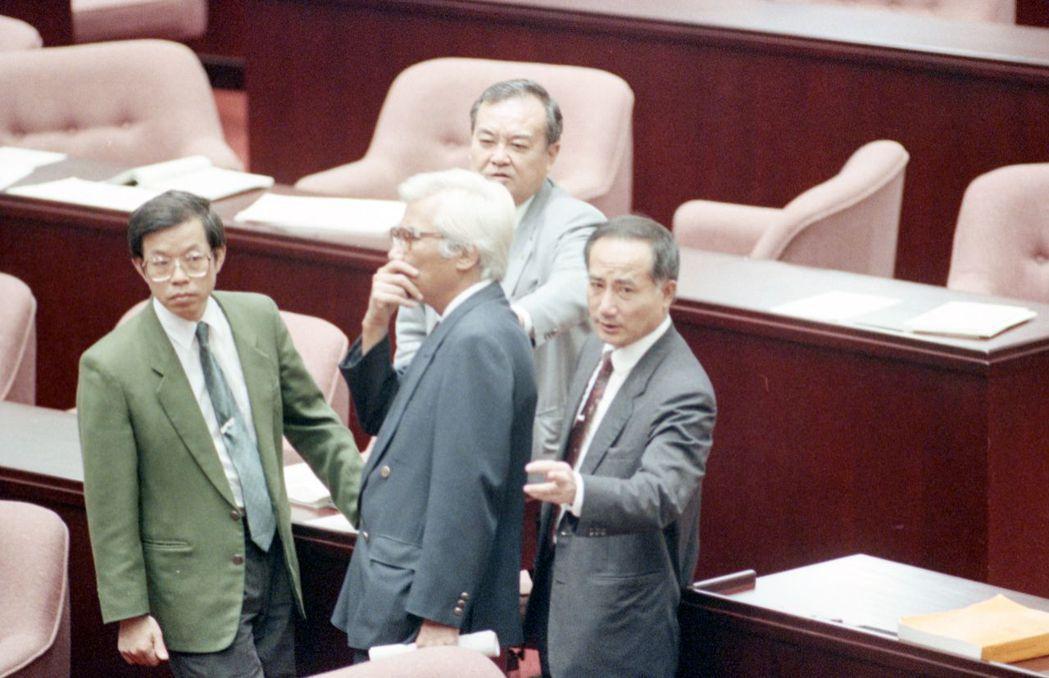 1992年,立法院進行國安法二讀審查。圖為立法委員謝長廷(前左)、執政黨立院黨團...