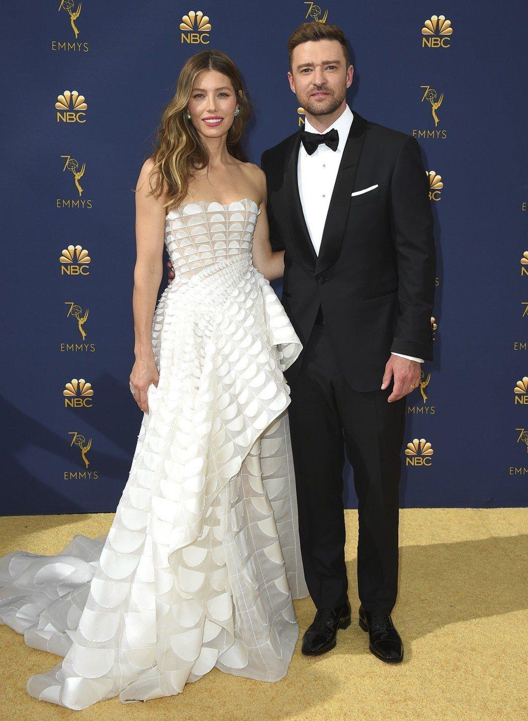 潔西卡貝兒與老公賈斯汀甜蜜現身第70屆艾美獎星光大道。 圖/美聯社