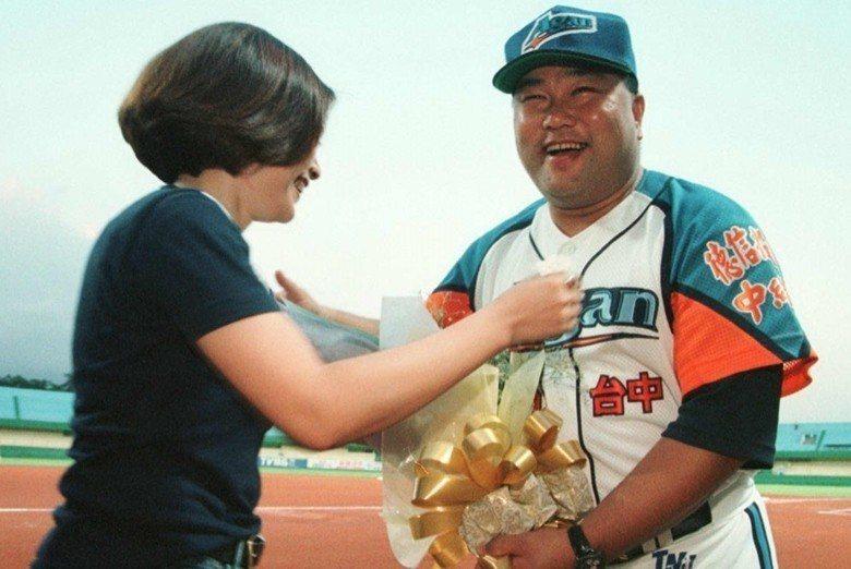 球迷獻花給當年新任金剛總教練的趙士強,攝於1998年。 圖/聯合報系資料照