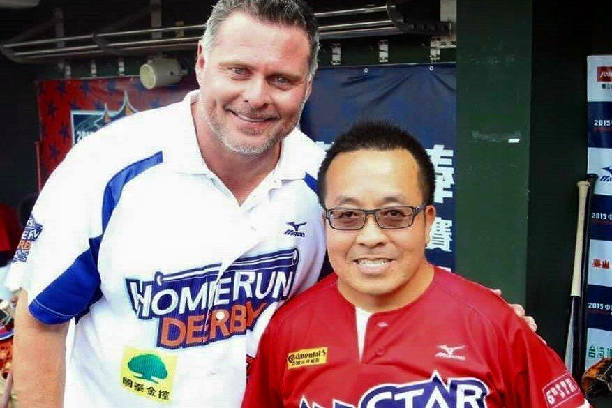 中職邀請大聯盟退役球星吉安比(左)來台參加明星賽,由蘇元泰(右)擔任翻譯工作,攝於2015年。 圖/蘇元泰提供