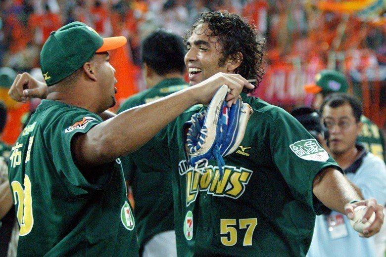 統一獅2007年奪下年度總冠軍,費古洛與布雷激動相擁。 圖/聯合報系資料照