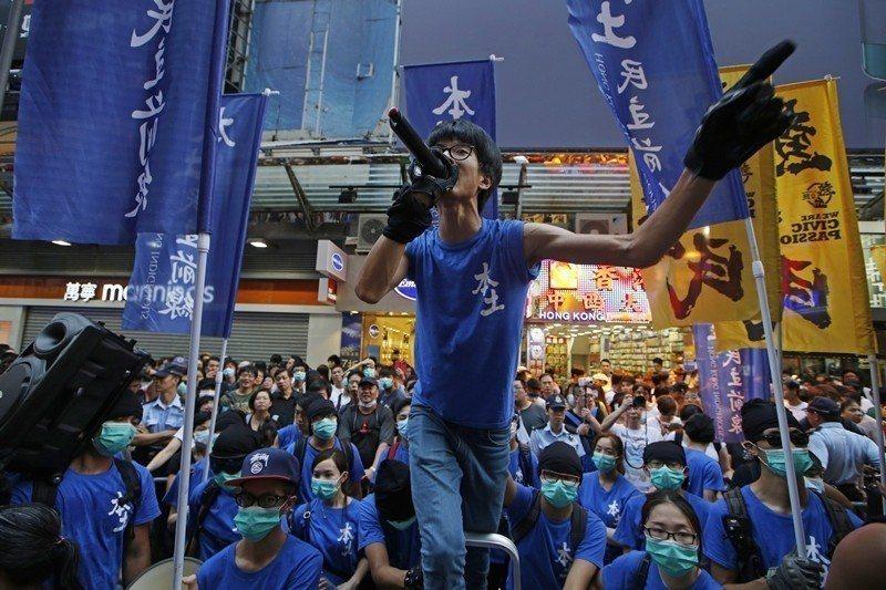 香港極右派本土民主前線認為:香港人先天比中國人優秀,中國人因為素質不足不配擁有民主。 圖/美聯社