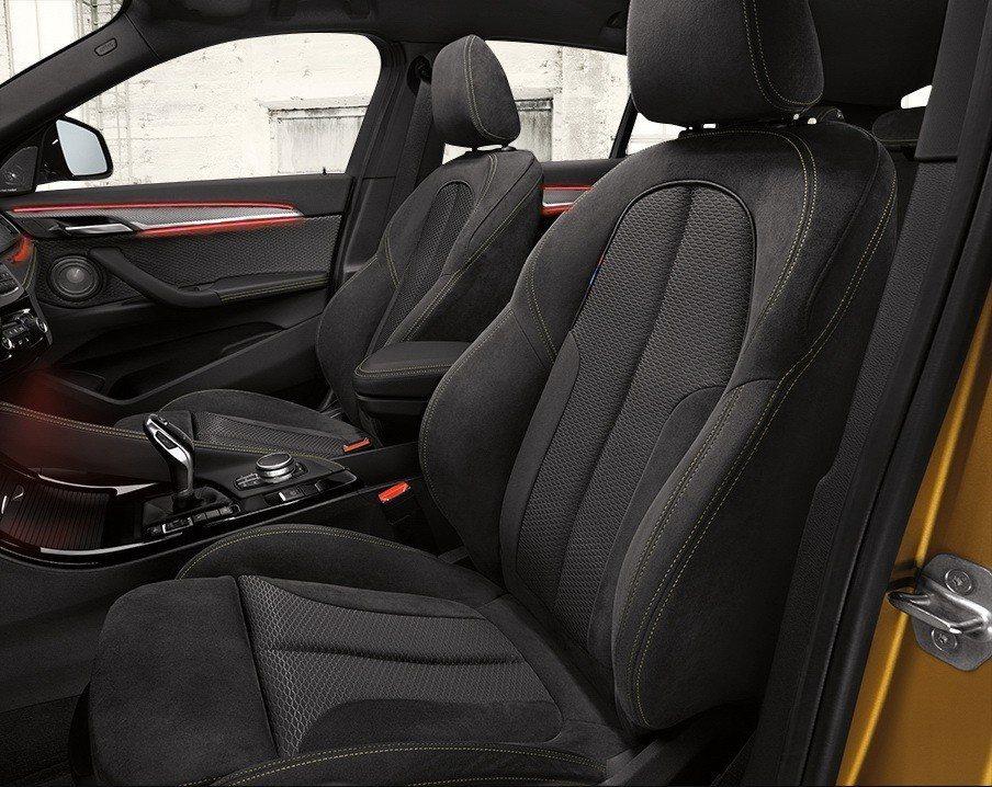 全新BMW X2搭載M Sport X套件,以對比黃色縫線與Alcantara麂皮混搭高級織布材質強調雙前座電動跑車座椅的運動氣息。 圖/汎德提供