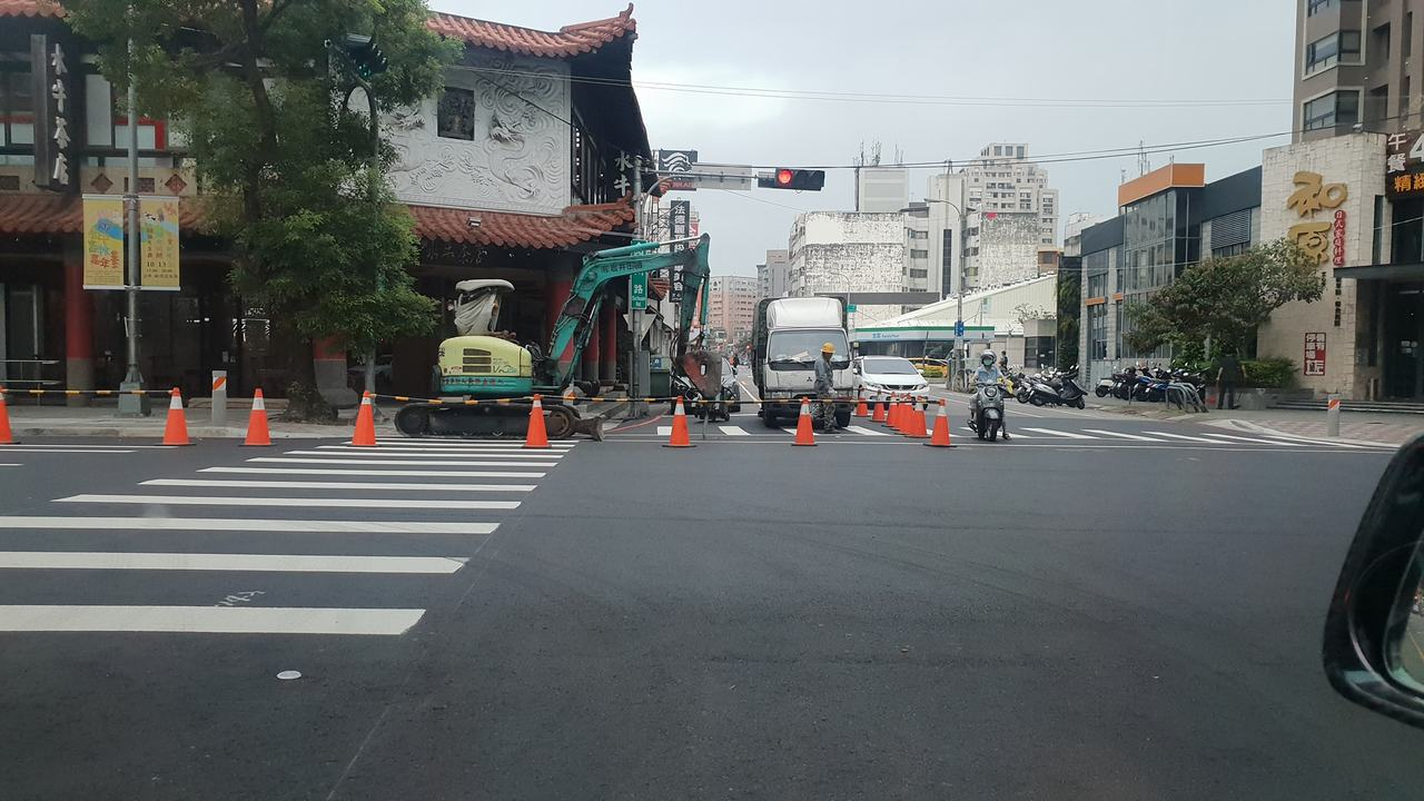 台中市文心路剛鋪平沒幾天又開始施工。 圖片來源/爆廢公社公開版