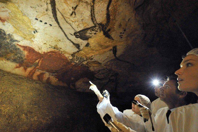 4萬年前的舊石器時代末期到約1萬2千年前,那些四散的遺骸顯示著這些人死於頭部受到...