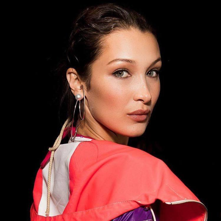 超模貝拉哈蒂德在Prabal Gurung秀上配戴TASAKI Atelier系...