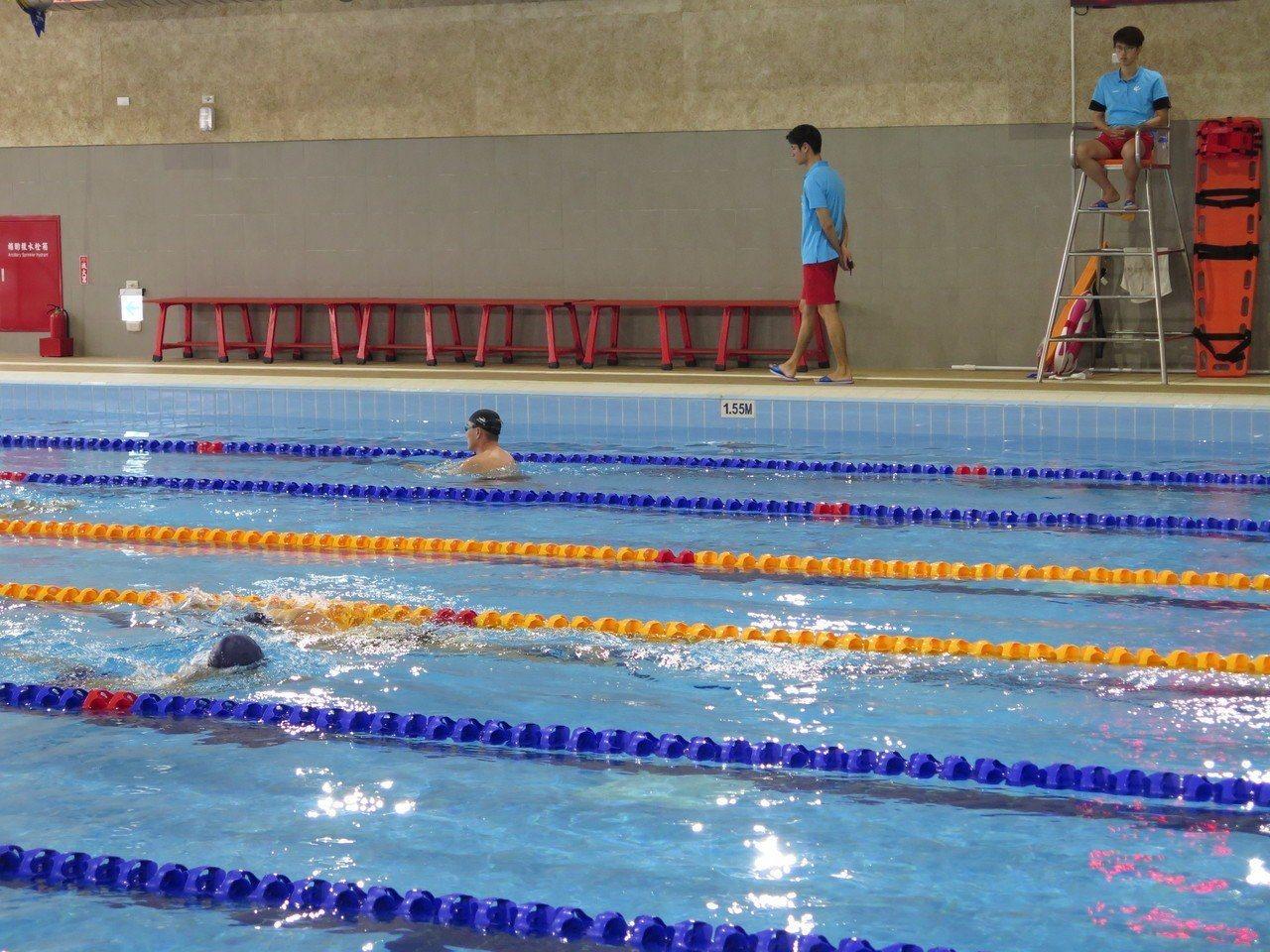 桃園國民運動中心5月啟用,民眾反映泳池淋浴間沒有乾濕分離容易髒。圖/報系資料照